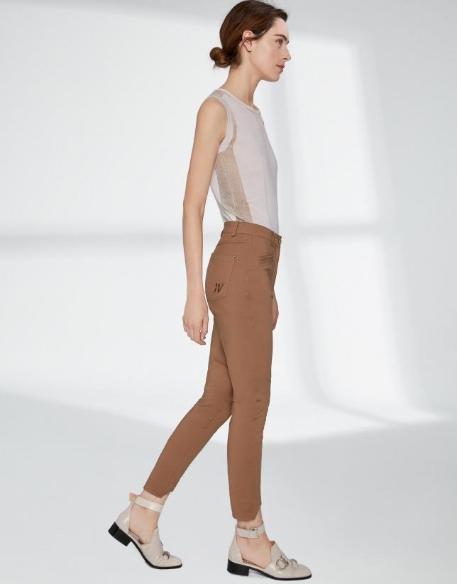 Pantalon fuseau couleur vison, à revers irréguliers