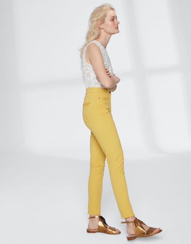Pantalon couleur jaune, effrangé dans le bas