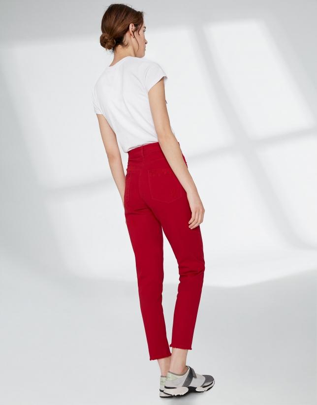 Pantalon couleur carmin, effrangé dans le bas