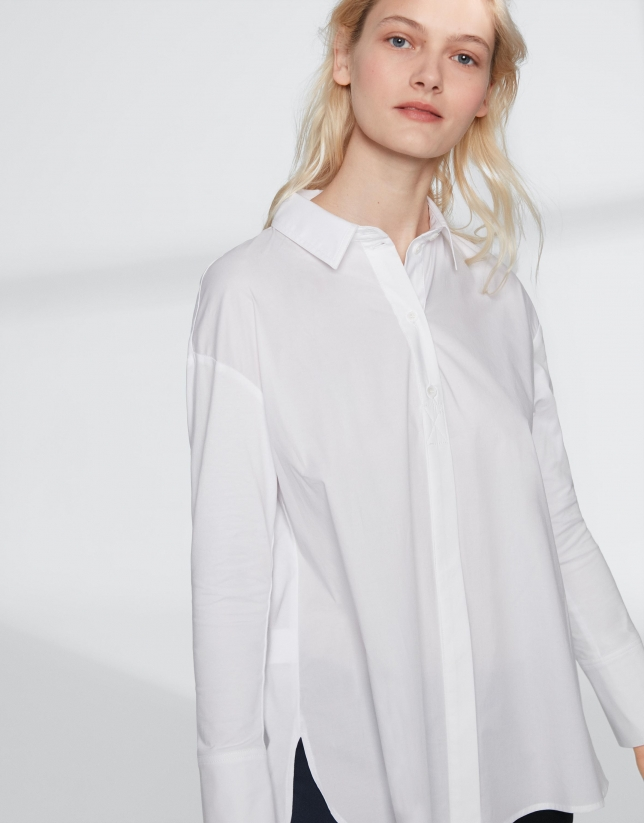 Camisa masculina blanca con botonadura vista