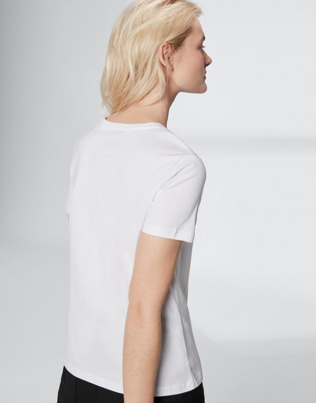 Camiseta blanca bordado con aplicaciones