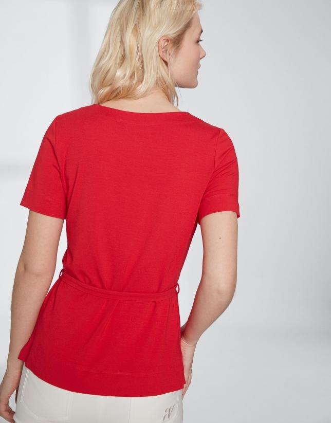 Camiseta carmín con cinturón