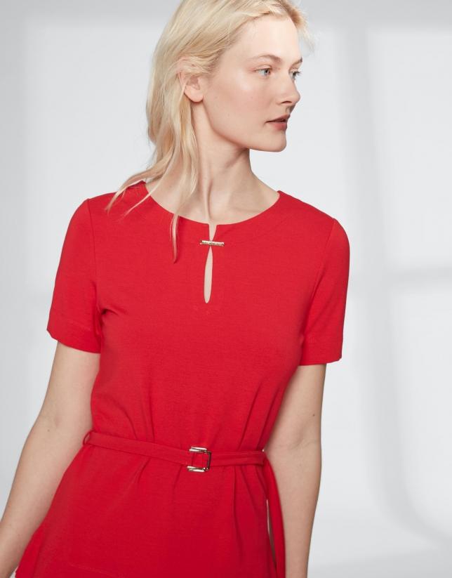 T-shirt couleur carmin avec ceinture