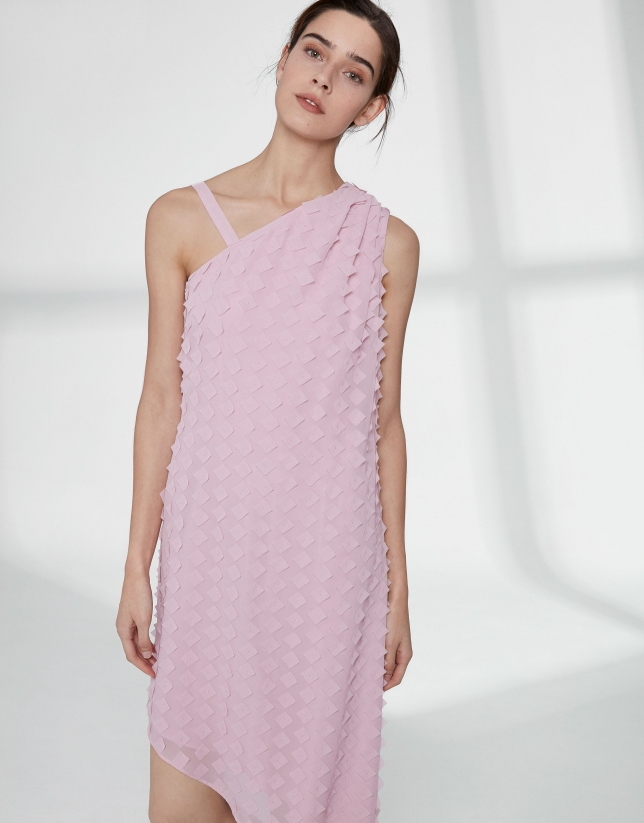 Robe en gaze rose quartz, coupe asymétrique