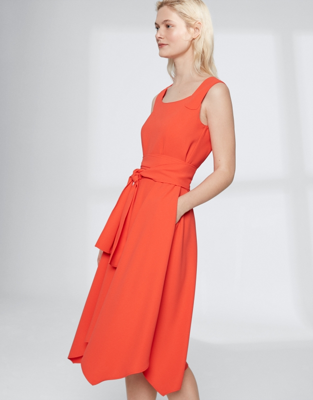 Robe orange à encolure carrée