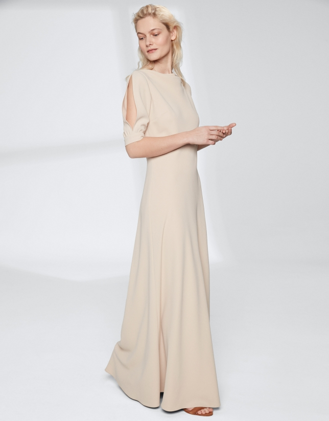 Robe longue couleur sable à encolure drapée