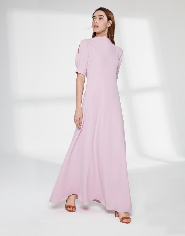 Robe longue couleur rose quartz à encolure drapée