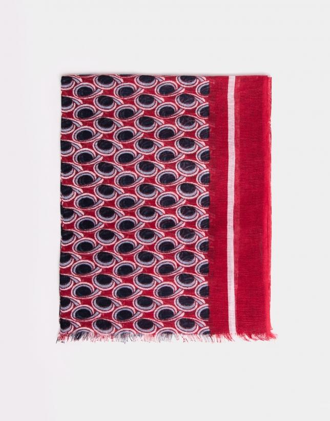 Foulard imprimé géométrique dans les tons rouges, bleus et écrus.