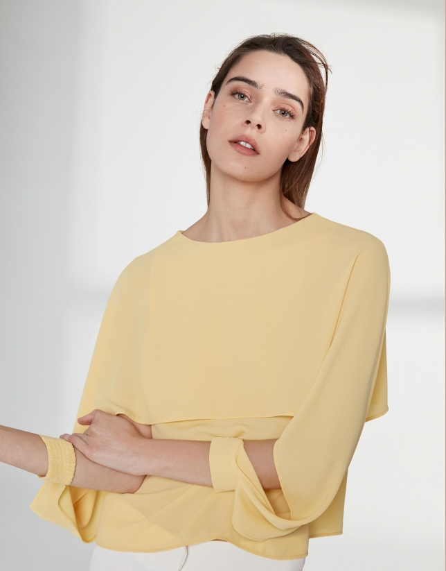 Top jaune avec une couche superposée