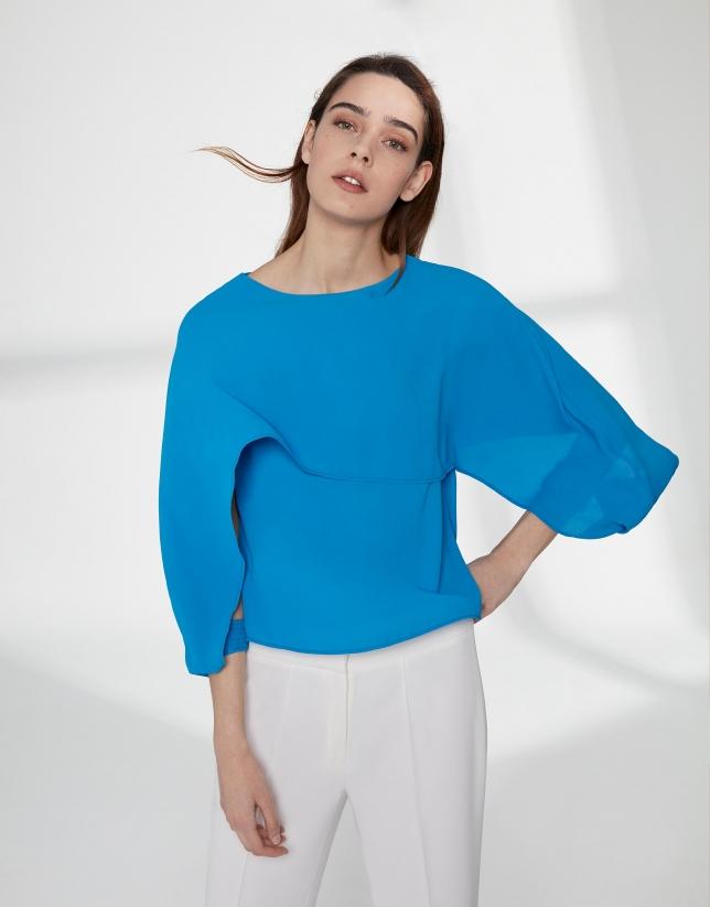 Top bleu avec une couche superposée