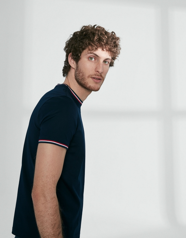 T-shirt bleu marine col côtelé rouge