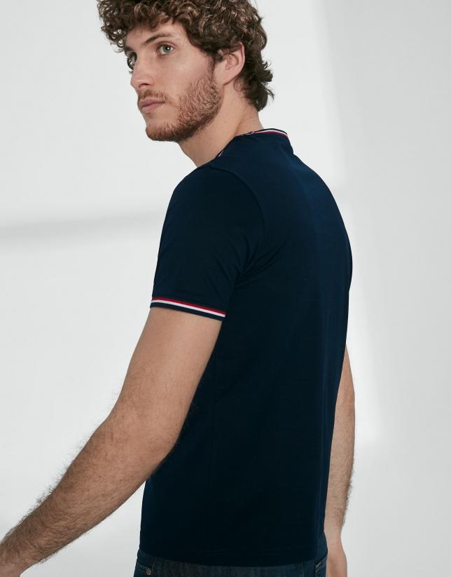 Camiseta azul marino cuello rib rojo