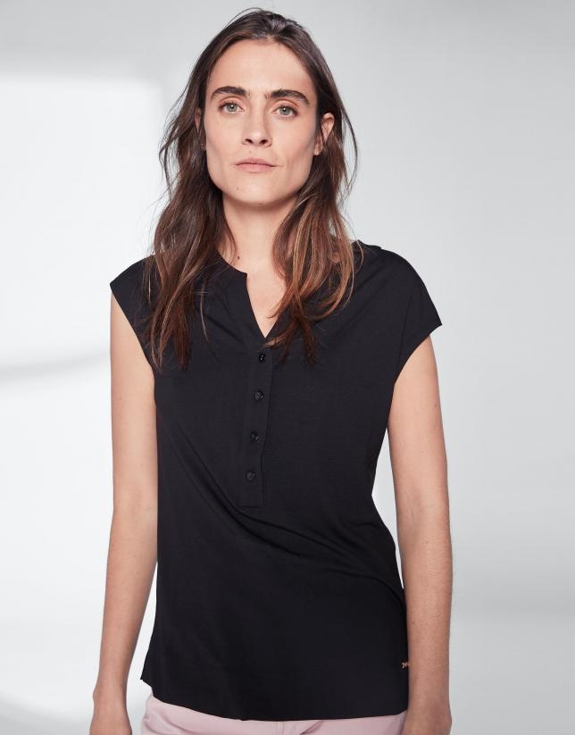 Camiseta escote pico negra