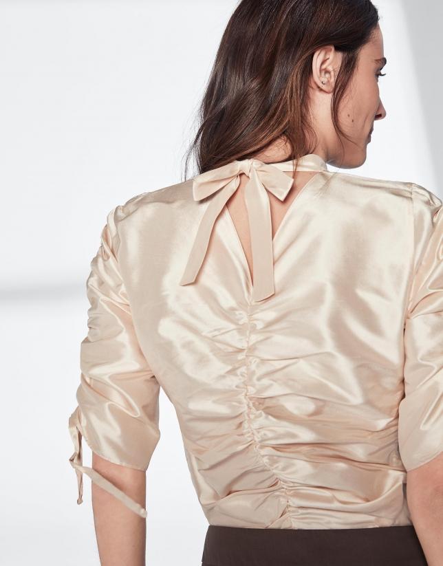 Chemisier beige à manches plissées en soie