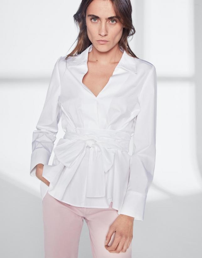 Chemise blanche nouée au niveau de la taille