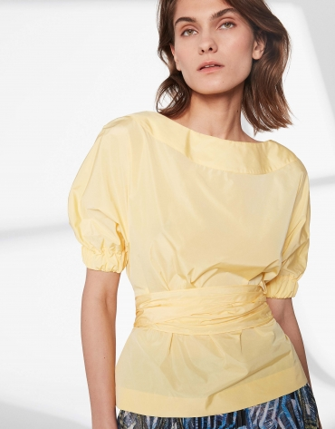 Camisa escote barco amarilla