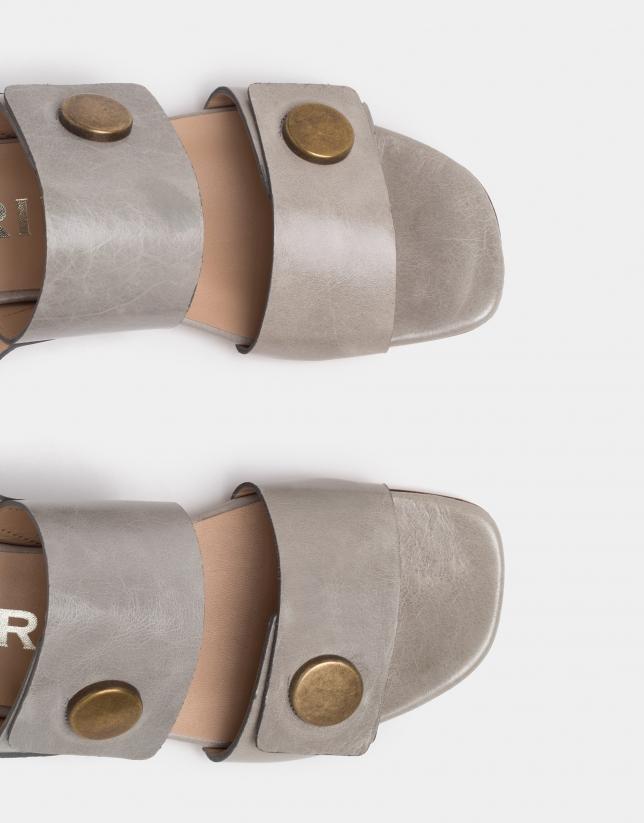Sandale plate en cuir couleur sable