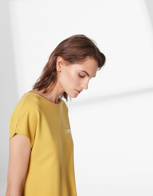T-shirt moutarde avec liseré sur la poitrine