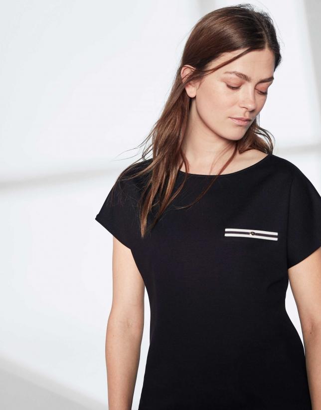 Camiseta negra con vivo en pecho