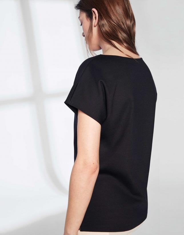 T-shirt noire avec liseré sur la poitrine