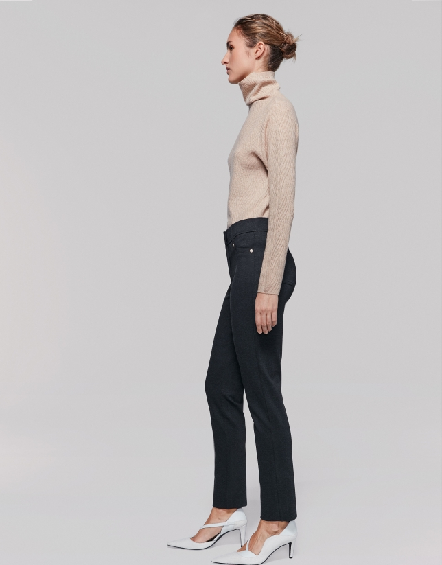 Pantalón pitillo punto gris