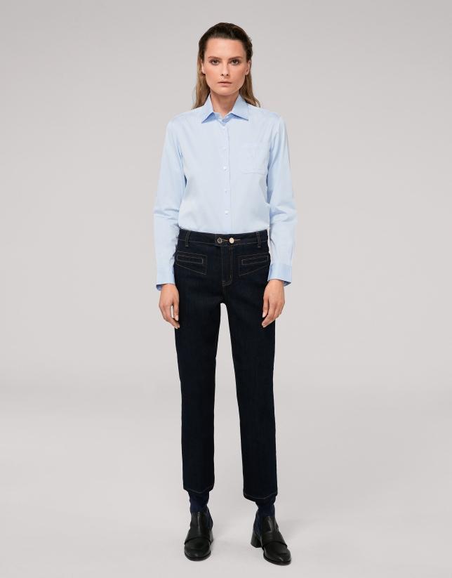 Pantalón vaquero recto y tobillero azul