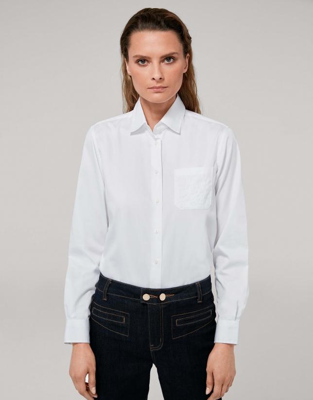 Chemise masculine blanc clair avec poche