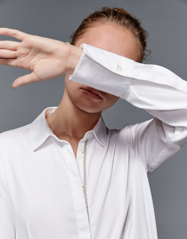 Camisa masculina blanca con fantasía en tapeta