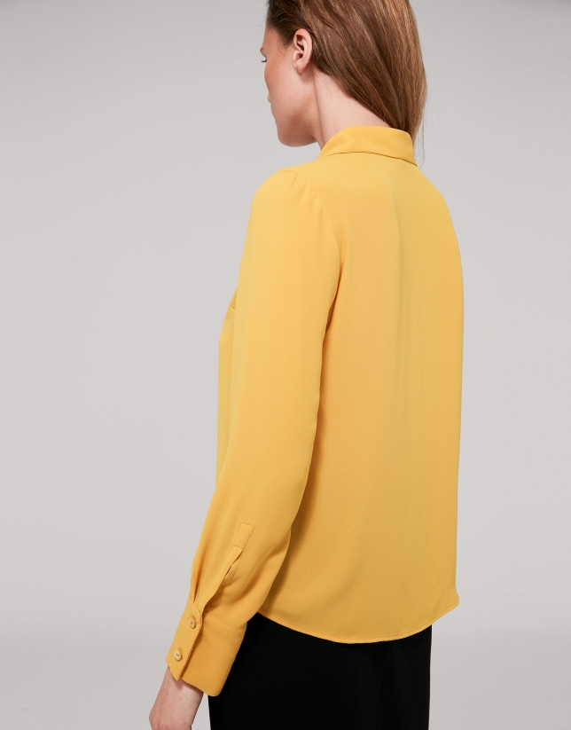 Camisa volante color oro