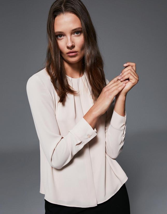 Camisa escote pliegues vainilla