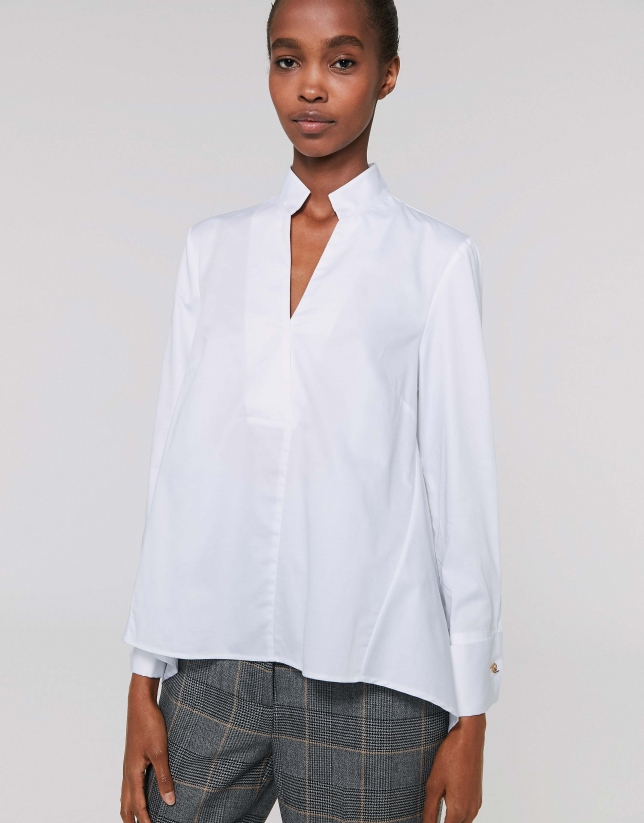 Camisa blanca cuello mao con abertura
