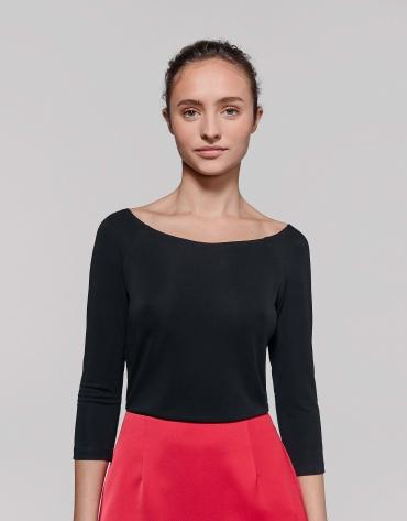 T-shirt noir décolleté sur l'épaule