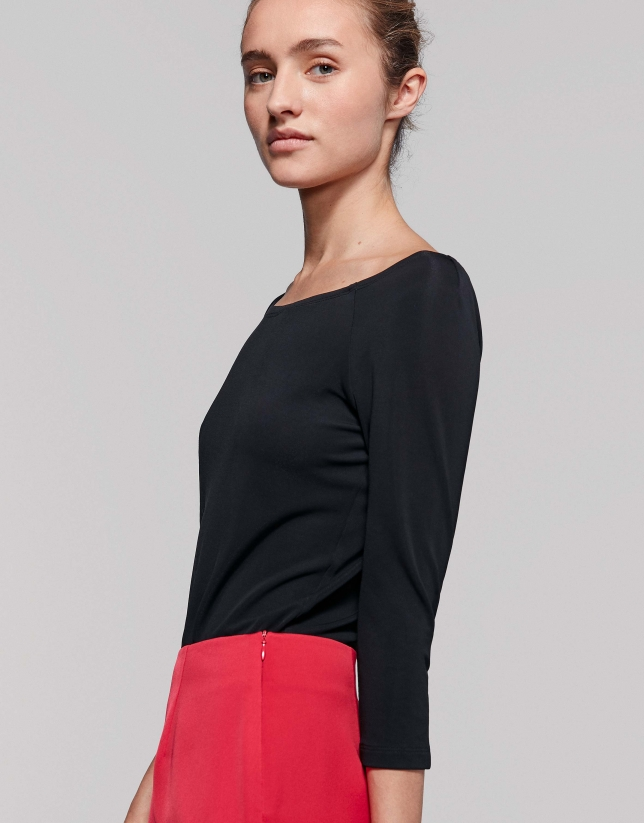 Camiseta escote hombro negra