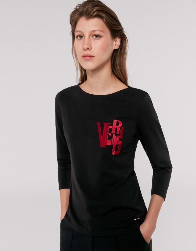 Camiseta negra VERINO bordado rojo