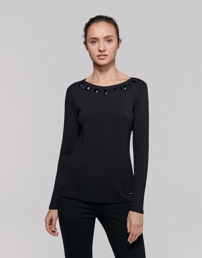 Camiseta negra aplicaciones en escote