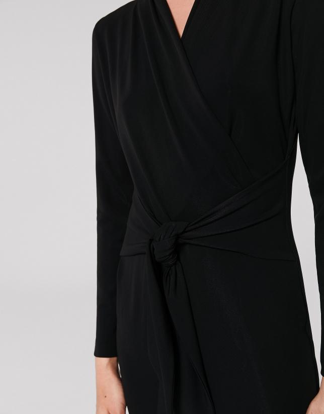 Robe midi noire à col V asymétrique
