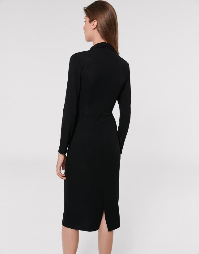 Vestido midi negro escote pico asimétrico