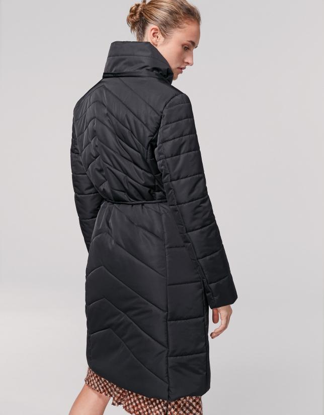Abrigo largo acolchado asimétrico negro