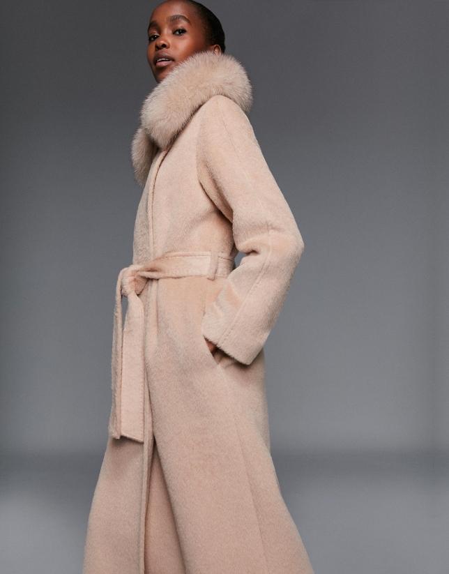 Long manteau en velours ivoire fourrure sur le col