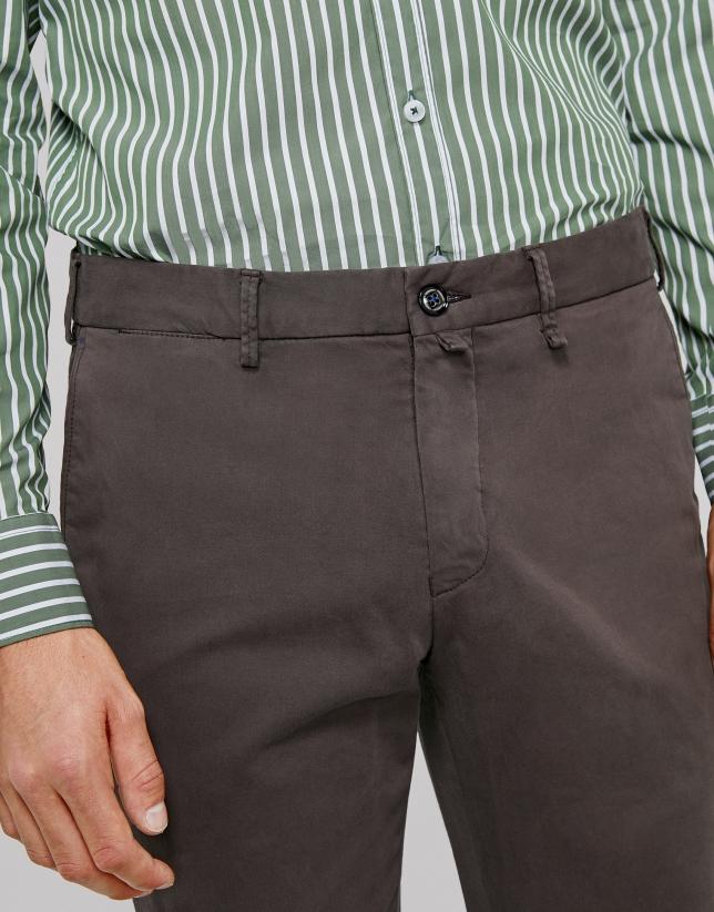 Pantalón chino regular color café
