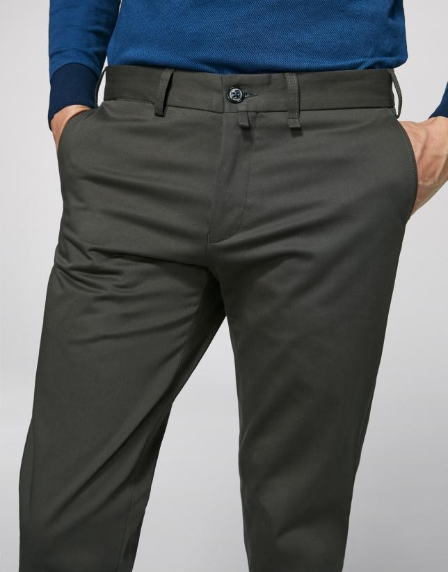 Pantalón chino regular caqui