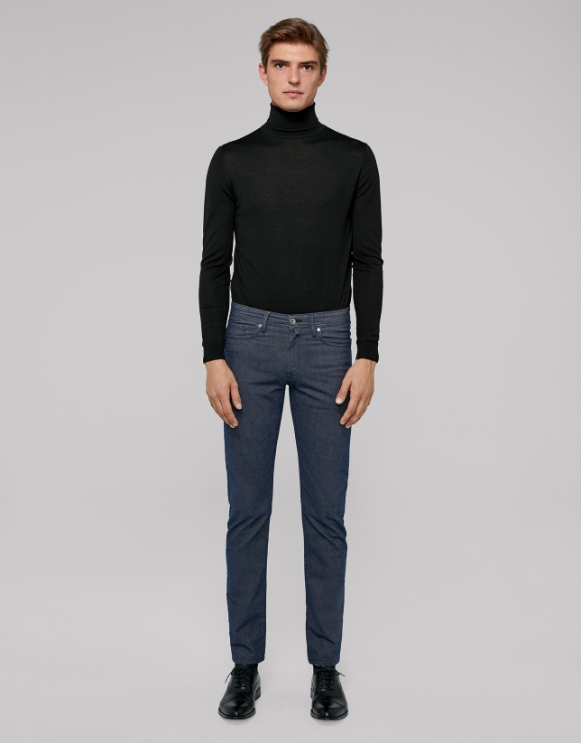 Dark blue pants with five pockets