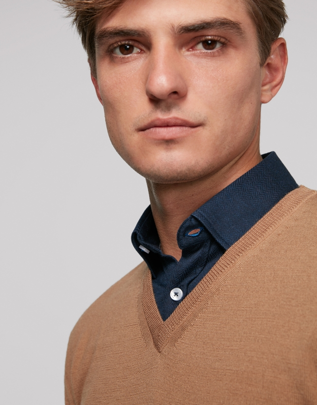Jersey cuello pico cámel