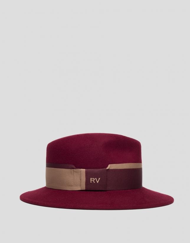 Chapeau en feutre bordeaux avec ruban bicolore