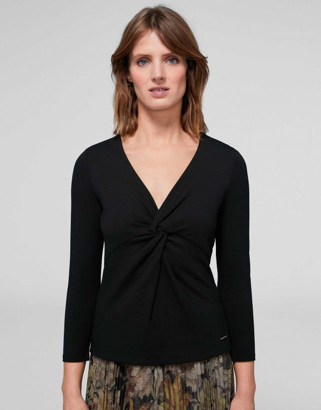 Camiseta nudo en pecho negro