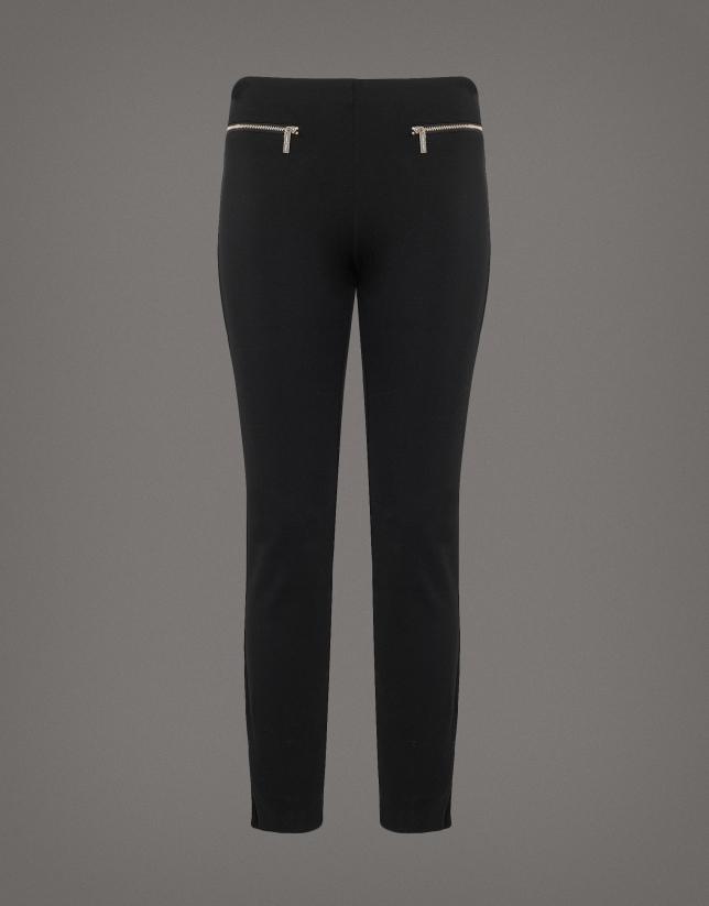 Pantalón pitillo punto negro