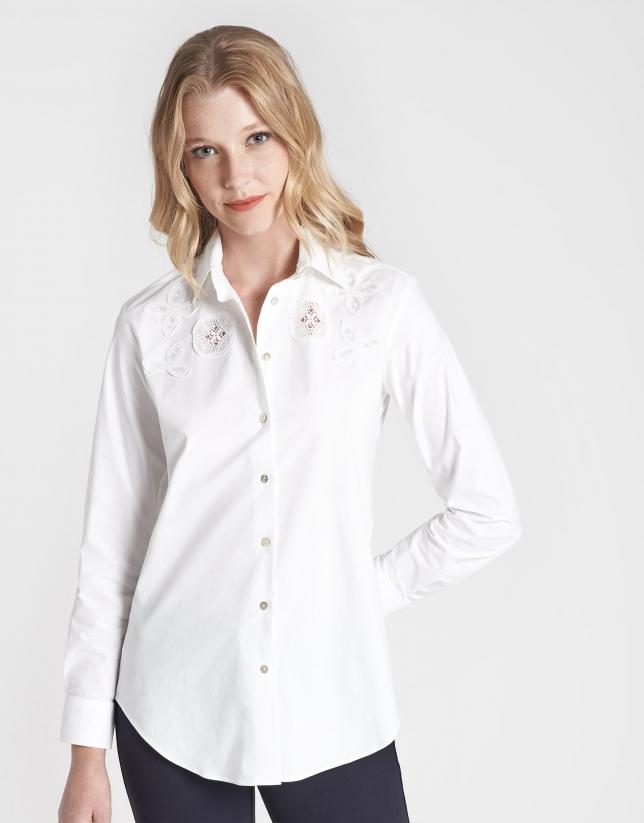 Camisa masculina blanca con encaje a tono