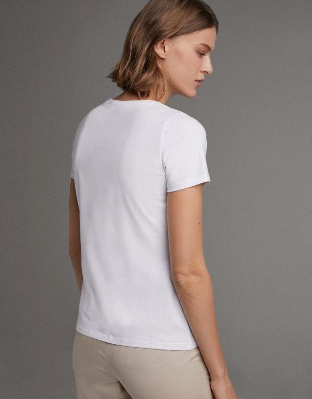 Camiseta blanca con bordado étnico beige