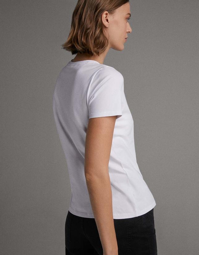Camiseta blanca con bordado étnico rosa