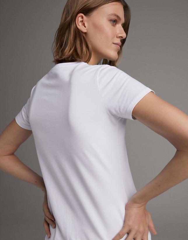 Camiseta blanca con bordado pájaros azul